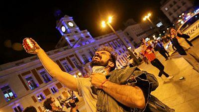Españoles celebran el fin del toque de queda por el COVID con fiestas por la libertad
