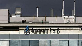 Almirall registra una pérdida neta de 42,8 millones de euros en el primer semestre, mejora perspectivas