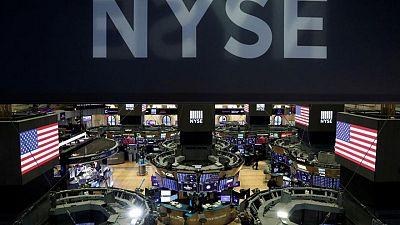 MERCADOS GLOBALES-Dow Jones sube de nuevo a nivel récord; dólar se debilita