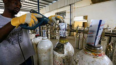 السودانيون يبحثون عن اسطوانات الأكسجين مع انتشار الموجة الثالثة من كوفيد