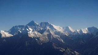 أمريكي في عقده الثامن ينجح في تسلق جبل إيفرست