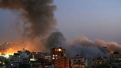شهود: انهيار برج سكني من 13 طابقا في غزة في ضربة جوية إسرائيلية
