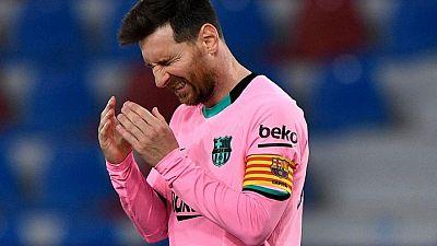 Barcelona desperdicia dos veces la ventaja, empata ante Levante y se aleja del título en España