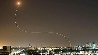 صفارات الإنذار تدوي وسماع دوي انفجارات في تل أبيب وسط إطلاق صواريخ من غزة