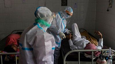 Las muertes por COVID en India superan el cuarto de millón sin que se aviste el pico del brote