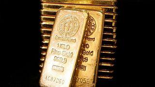 METALES PRECIOSOS-Precios del oro caen, pero se mantienen rumbo a cuarta semana seguida de ganancias