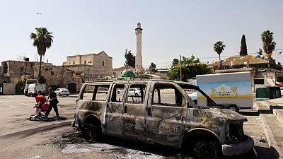 Una sinagoga incendiada y varios vehículos quemados en ciudades mixtas en Israel