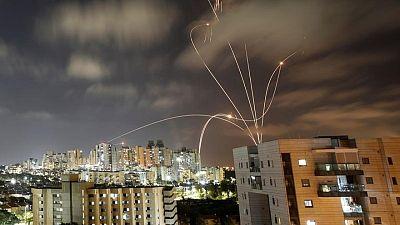احتدام الصراع بوابل من الصواريخ على إسرائيل وضربات جوية على غزة