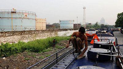 النفط ينزل عن قمة 8 أسابيع مع تزايد وتيرة إصابات فيروس كورونا بالهند