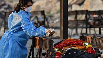 Más de 4.000 indios mueren por COVID-19 en un día y se extiende el clamor por las vacunas
