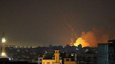 إسرائيل تواصل قصف غزة لكبح المسلحين لكن الصواريخ مستمرة