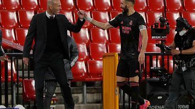 Real Madrid golea a Granada y sigue a la caza del título de liga en España