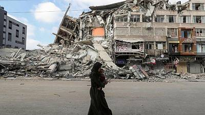 Israel bombardea Gaza para frenar a militantes palestinos, pero cohetes siguen cayendo