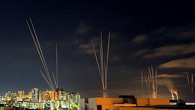 مقتل 33 فلسطينيا في ضربات جوية إسرائيلية وصواريخ الفلسطينيين مستمرة