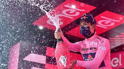 Colombiano Bernal sorprende a sus rivales con duro ataque y toma liderato del Giro de Italia
