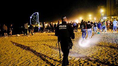 La policía saca a juerguistas de las calles mientras Barcelona celebra alivio de restricciones