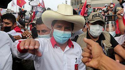 Socialista que lidera sondeos en Perú plantea nuevos impuestos y regalías para clave sector minero