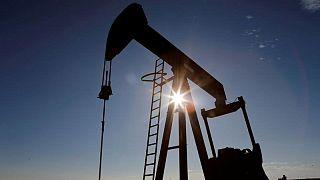Barril cae en sesión volátil; inversores evalúan efectos de estancamiento en OPEP+