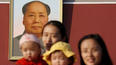 China relajará su política de natalidad, pero desconfía de los riesgos sociales -fuentes