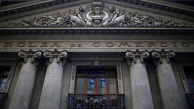 MERCADOS A.LATINA-Monedas caen por mayor aversión al riesgo; bolsa chilena lidera bajas
