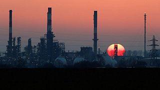 النفط يهبط في تعاملات متقلبة بينما يسعى المستثمرون للتأكد من موقف أوبك+