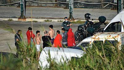 España promete restablecer el orden tras la llegada de miles de migrantes a nado a Ceuta