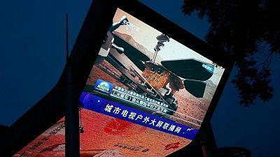 الصين تنشر أول صور التقطتها المركبة الجوالة زورونج من على سطح المريخ