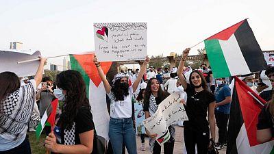 محتجون كويتيون يحرقون العلم الإسرائيلي ويرفضون اتفاقيات التطبيع