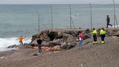 إسبانيا تتهم المغرب بالابتزاز بعد توافد المهاجرين على جيب سبتة