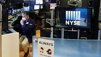 الأسهم الأمريكية تفتح مرتفعة بعد بيانات تشير لتحسن سوق العمل