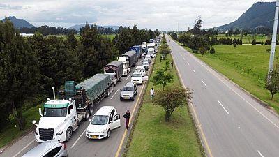 Carreteras de Colombia siguen bloqueadas por manifestantes pese a orden presidencial para despejarlas