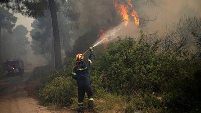 رجال الإطفاء يكافحون حرائق غابات بالقرب من أثينا