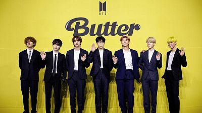 """La megabanda de K-pop BTS renueva desafío de ganar un Grammy con """"Butter"""""""