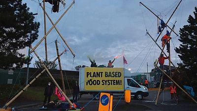 Grupos animalistas bloquean centros de distribución de McDonald's en Reino Unido