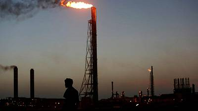 Segunda mayor refinería venezolana paraliza producción de gasolina: fuentes