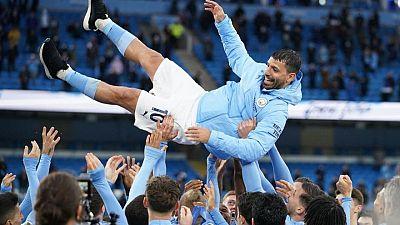 Agüero se despide a lo grande y el City celebra el título con goleada al Everton