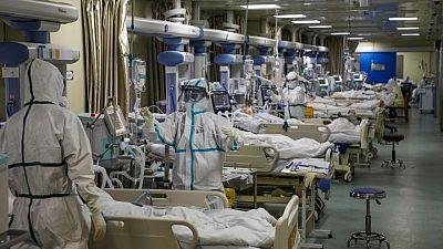 Personal de laboratorio de Wuhan precisó atención hospitalaria antes de conocerse el brote de COVID-19, según el WSJ