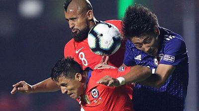 Vidal y Sánchez encabezan nómina de Chile para duelos contra Argentina y Bolivia, vuelve Mena