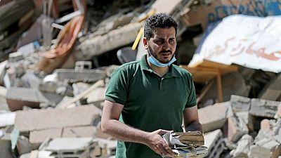 فلسطيني يأمل في إعادة بناء مكتبته بالتمويل الجماعي بعد دمارها في القصف