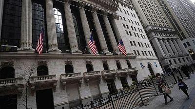 MERCADOS GLOBALES-Wall Street probará nuevos máximos gracias a garantías de la Fed; dólar languidece