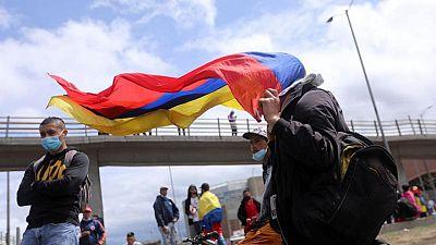 Las madres toman la primera línea en defensa de los manifestantes en Colombia