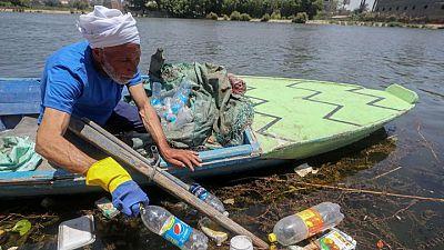 صيادون مصريون يزيلون الأكياس وقوارير البلاستيك من النيل ويتحصلون على دخل إضافي