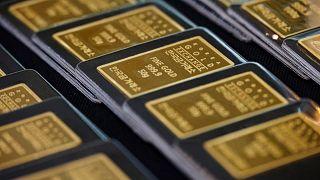 الذهب ينخفض مع تحول المستثمرين إلى الدولار قبيل بيانات التضخم الأمريكية