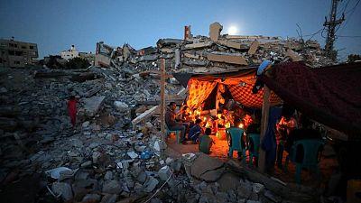 بعد أن شردهم القصف الإسرائيلي.. سكان في غزة يضربون الخيام وسط أطلال منازلهم