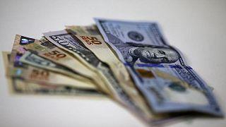 Dólar cae por mayor apetito por el riesgo, pero su panorama sigue siendo positivo
