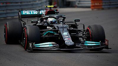 Mercedes consigue sacar finalmente el neumático atascado del auto de Bottas