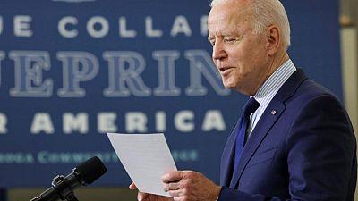 Biden promete combatir monopolios y brechas en suministros a medida que precios suben
