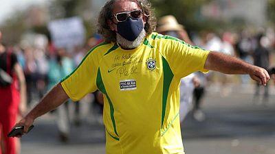 Brasileños organizan protestas alrededor del país contra la respuesta de Bolsonaro al COVID-19
