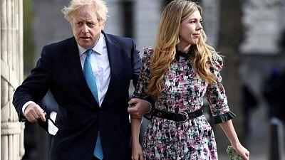 رئيس الوزراء البريطاني يتزوج خطيبته فجأة في حفل صغير