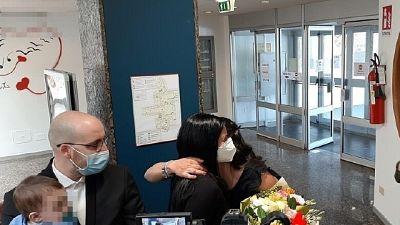 Ancona, mamma neonato coccolato in reparto abbraccia sanitaria